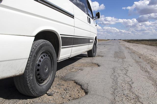 Czy można uzyskać odszkodowanie za uszkodzenie samochodu na drodze?